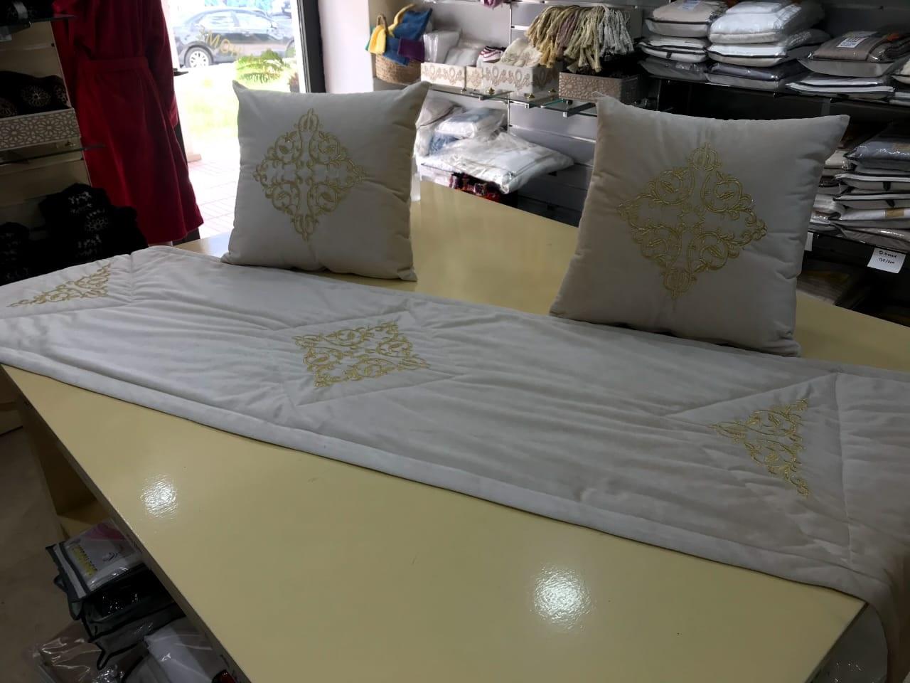 Chemin de lit plus 2 oreillers en velours anti-tache