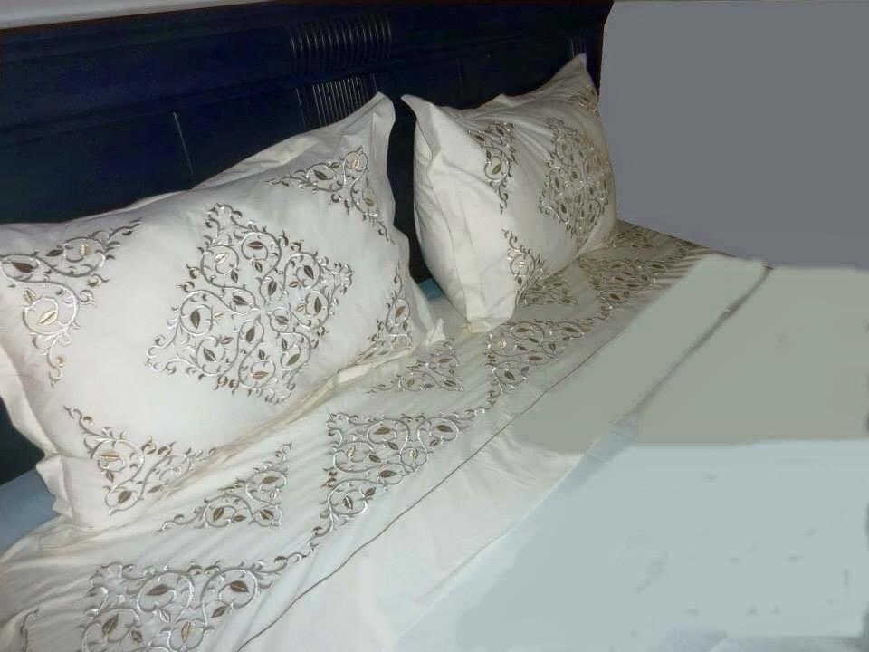Draps brodé avec 2 taies d'oreillers coton satin
